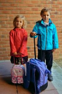 Deux enfants prêts pour la rentrée des classes