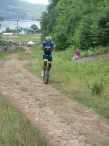 Martin Charrier escalade la montagne (Uphill).
