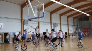 ils-jouent-au-basket-en...monocycle
