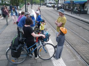 Nantes, ville civilisée, accueille les monos et les vélos (avec modération) dans ses trams